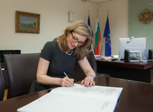 2-Deputy Prime Minister Ekaterina Zaharieva signing the Europe Reads book
